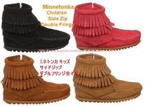 即発! 4色あり Minnetonka Kids Double Fringe Side Zip ★