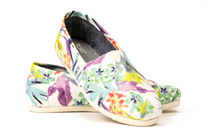 [ONE FOR ONEで話題!] TOMS CLASSICS WHITE BIRDS OF PARAD