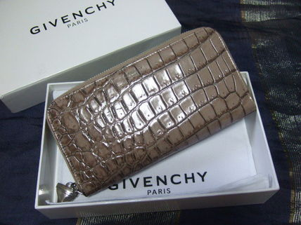♦ rare GIVENCHY shark charm with a long wallet ♦