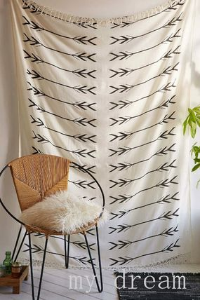 【UO】4040 Locust Black And White Arrows Tapestry