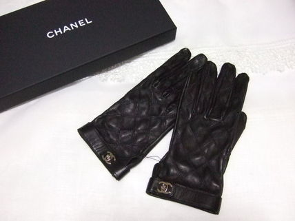 Quilted CHANEL leather glove