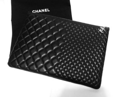 Ultra rare CHANEL charm with clutch bags chanel