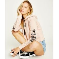 【Stussy】クロップ丈フーディVoices Crop Hood Dusty Pink