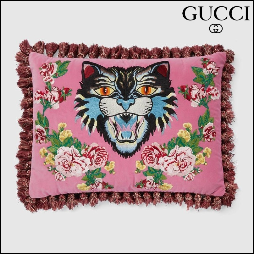 【GUCCI(グッチ)】 Velvet cushion with Angry Cat embroidery