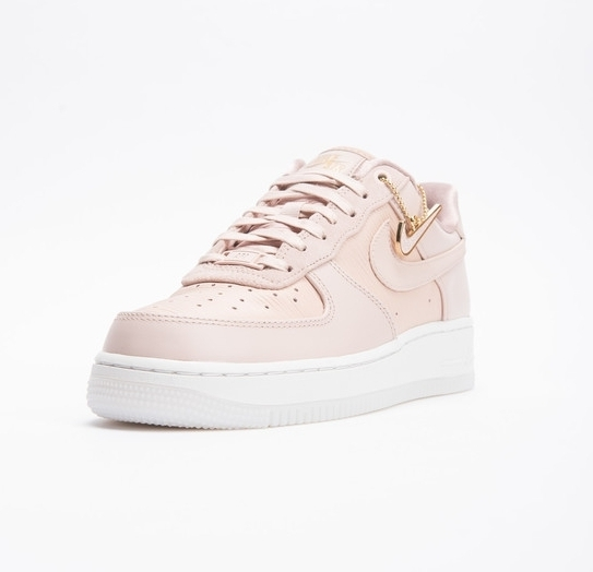 NIKE WMNS AIR FORCE 1 07 LX スニーカー《送料・関税込み》