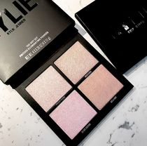 入荷Kylie cosmetics★ILLUMINATING POWDERハイライターパレット