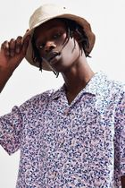 URBAN OUTFITTERS 蜂グラフィック ボタンダウン 半袖 シャツ
