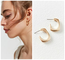 追跡・補償あり【宅配便】River Curved Rectangle Hoop Earring