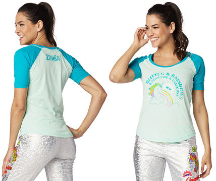 ZUMBA フィットネストップス 新作♪Zumbaズンバ Glitter And Rainbows Baseball Tee-Crystal