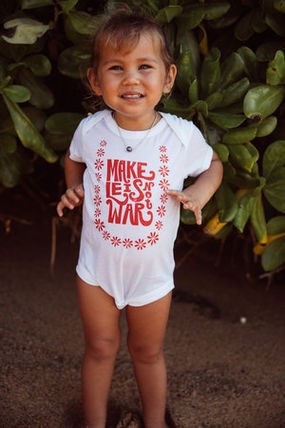Lucky We Live Hawaii ベビーロンパース・カバーオール 日本初☆Lucky We Live Hawaii☆ Make Leis Not War Onesie  2色