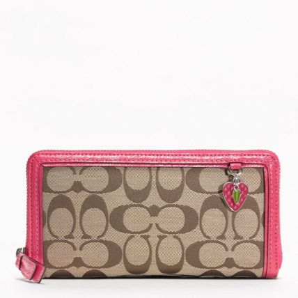 【COACH】即発送可☆STRAWBERRY CHARM ZIP AROUND長財布