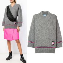 PR1520 OVERSIZED V-NECK SWEATER WITH PATCH