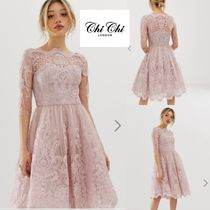 今季注目!Chi Chi London Petite premium lace midi dress