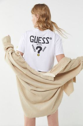 UO限定 GUESS x Chinatown Market x Smiley Cropped Graphic Tee