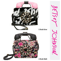 【Betsey Johnson】大人気新作♡WHO IS THIS PHONE BAG