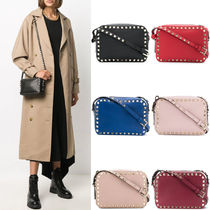 V1672 ROCKSTUD SMALL GRAIN CALF LEATHER CROSSBODY BAG