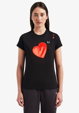 FRED PERRY Tシャツ・カットソー フレッドペリー SG7114 102 WOMEN AMY WINEHOUSE HEART DETAIL T