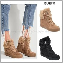 GUESS☆DUSTYN FAUX-FUR WEDGE スニーカー