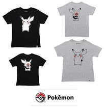 【Pokemon】「ピカチュウ」Holding Flower Relaxed Tシャツ
