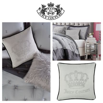 【JUICY COUTURE】ベルベット&ラインストーン Crown ピローGrey