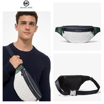 【Michael Kors】Greyson Logo and Pebbled Leather Sling Pack